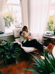 femme-avec-chien-à-la-maison-calin-psychezvous